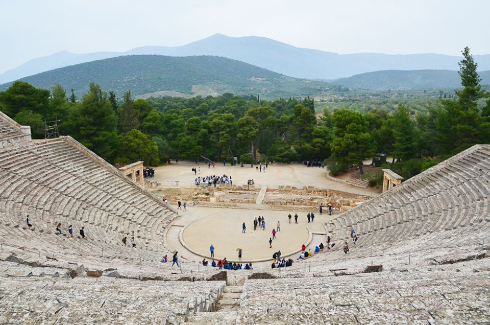 Vue depuis le haut de l'amphithéâtre d'Epidaure, Grèce