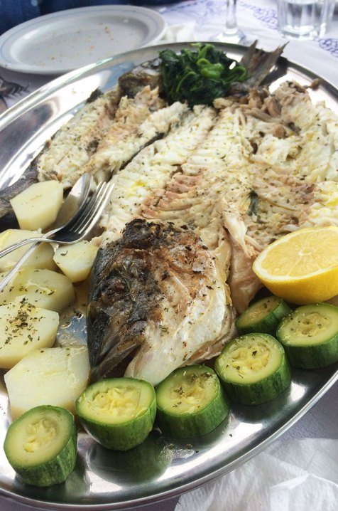 Plat de poisson au restaurant d'Hermione, Grèce