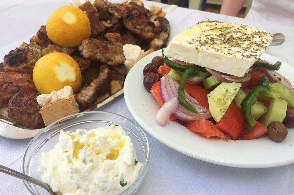 Salade grecques, tsatsiki et ribs au déjeuner à Karytaina.