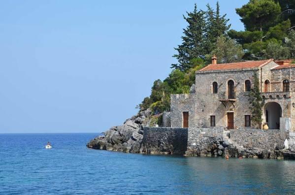 Maisons au bord de l'eau à Kyparissi, Grèce