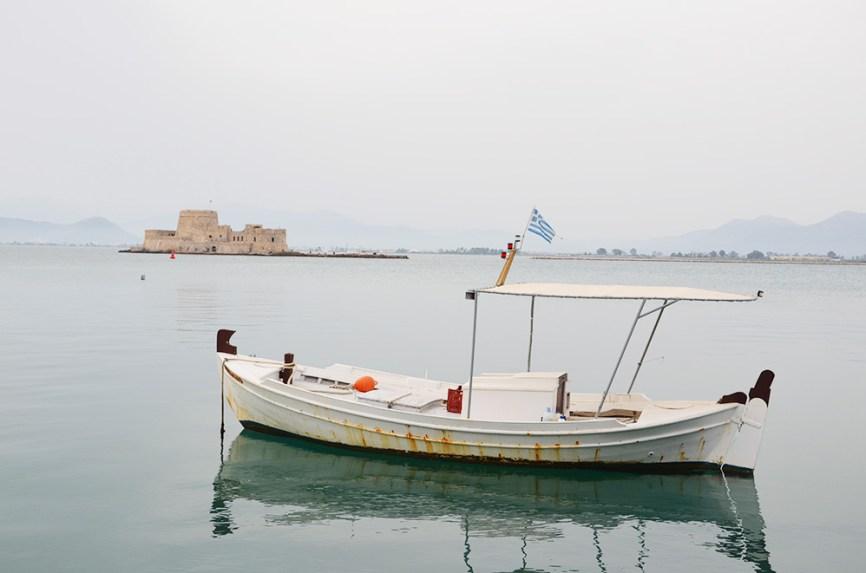 Un bateau de pêcheur dans la baie de Nauplie, Grèce