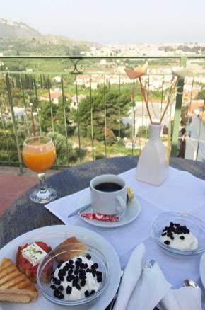 Petit déjeuner en terrasse avec vue sur Nauplie, Grèce