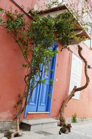 Façade rose et bleue d'une maison de Nauplie