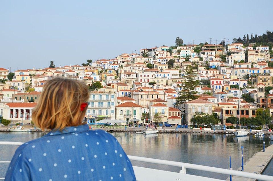 Marie-Catherine contemplant les maisons aux volets colorés de l'île de Poros