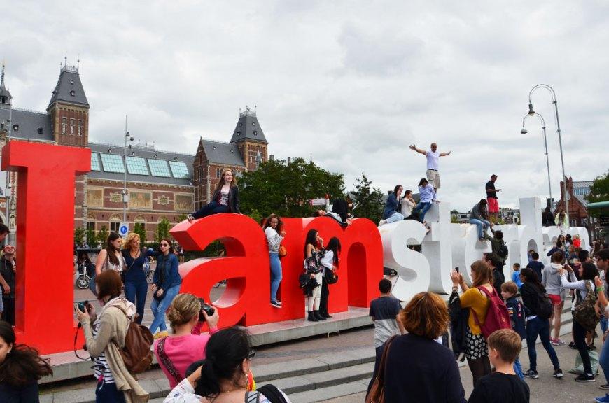 """Lettres """"I Amsterdam"""" sur la place Museumplein"""