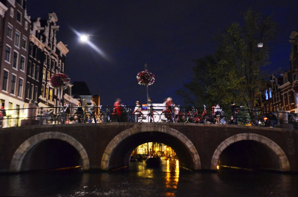 Un pont d'Amsterdam depuis les canaux de nuit