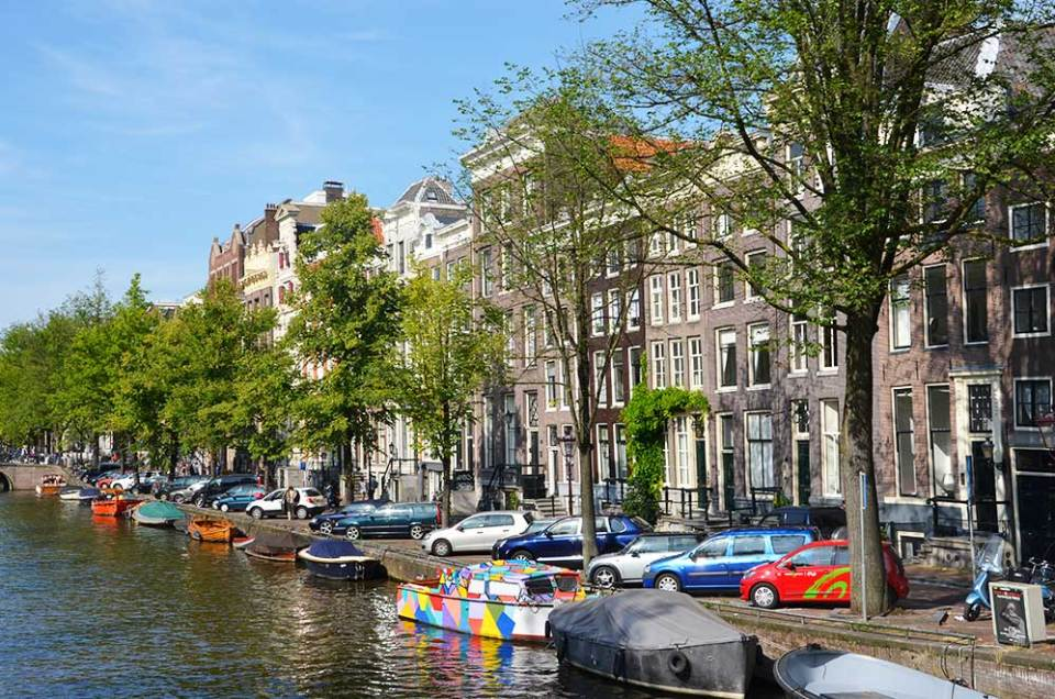 Les canaux d'Amsterdam depuis un pont