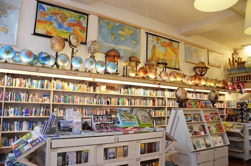 Intérieur d'un magasin de cartes anciennes et guides de voyages, Amsterdam