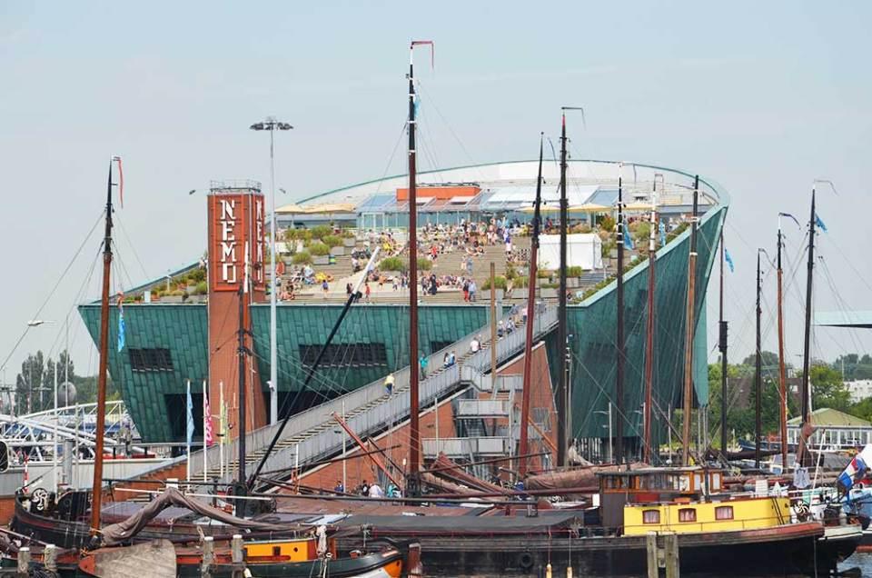 Vue sur le NEMO, musée scientifique d'Amsterdam en forme de bateau