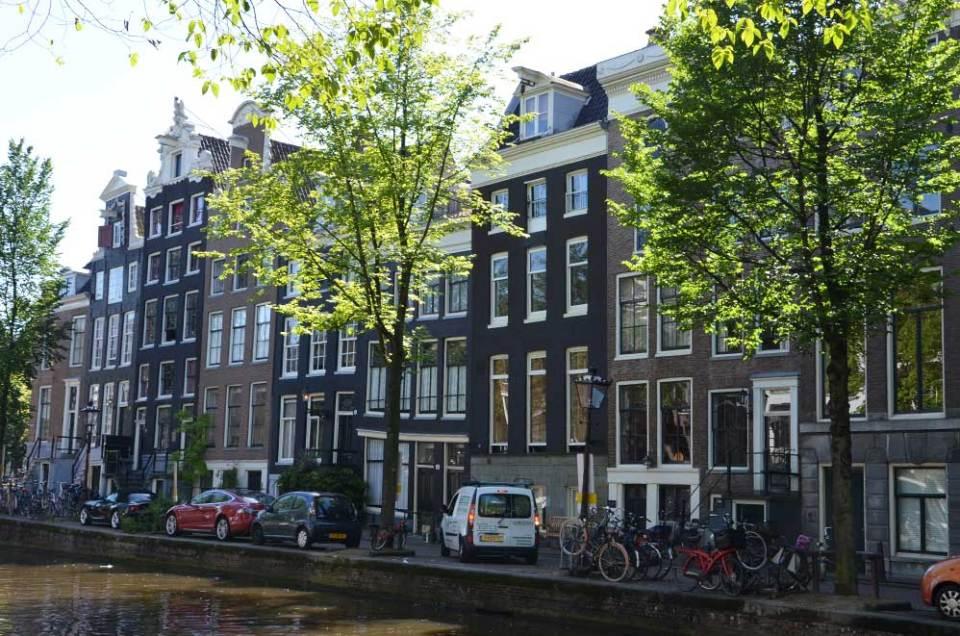 Façades des maisons typiques d'Amsterdam au bord des canaux