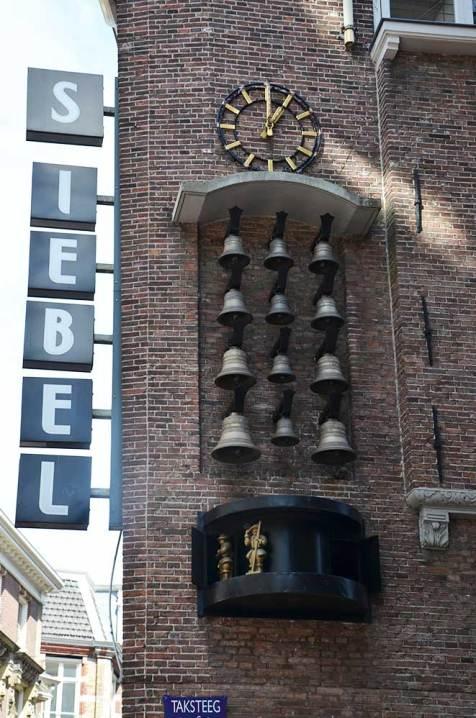 Horloge mécanique qui sonne des cloches dans une rue d'Amsterdam
