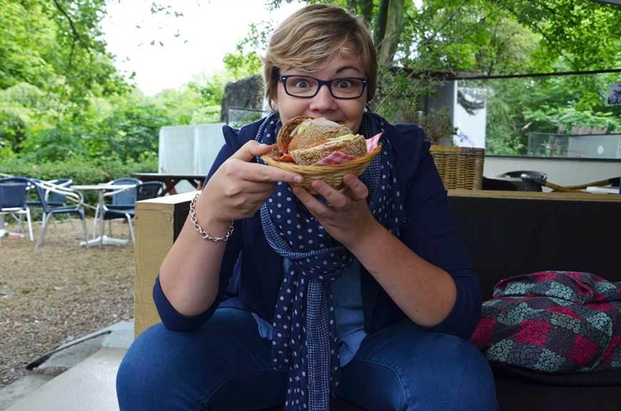 Charlotte prête à manger son sandwich du Blue Tea House à Vondelpark, Amsterdam