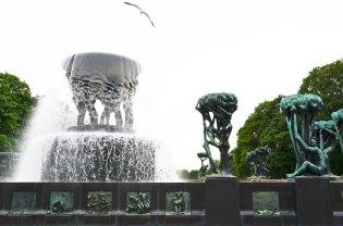 Fontaine entourée de statues au Parc Vigeland, Oslo