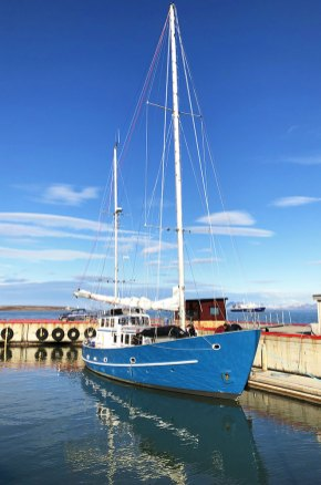 L'Aztec Lady dans le port de Ny-Alesund, Svalbard