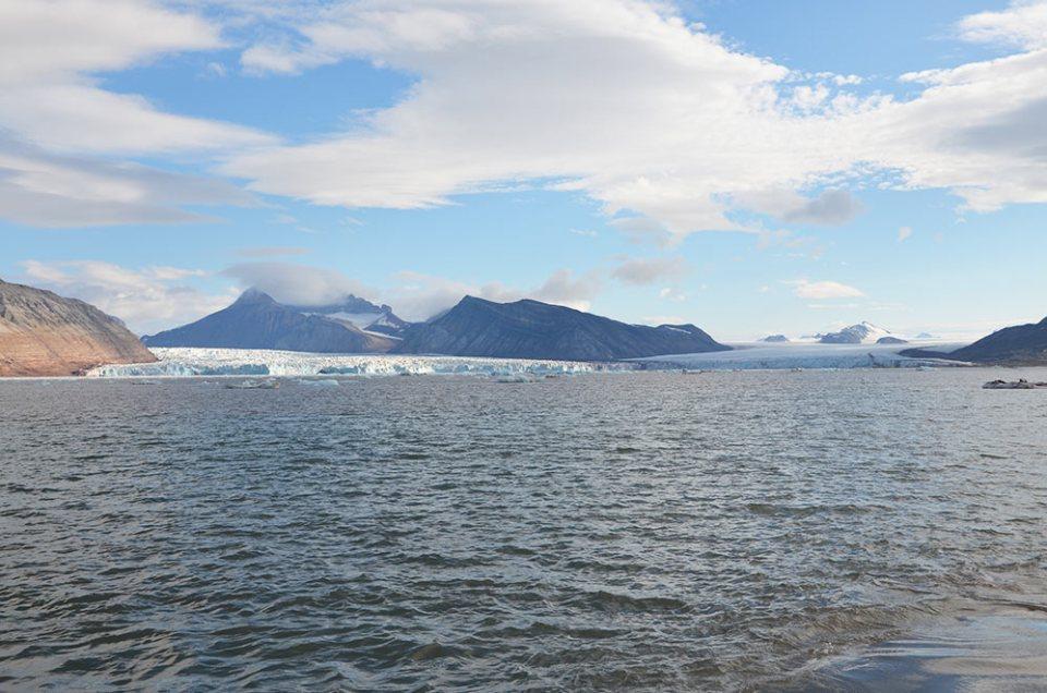 Paysage type du Svalbard : un glacier, des montages et un grand ciel bleu