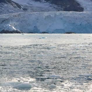 Magnifique formations glacières devant un grand glacier du Svalbard