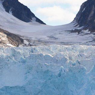 Zoom sur un énorme glacier du Svalbard