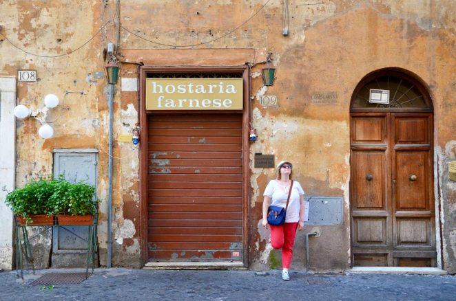 Marie-Catherine devant un hôtel délabré dans une rue perpendiculaire à la place Campo de Fiori, Rome, Italie