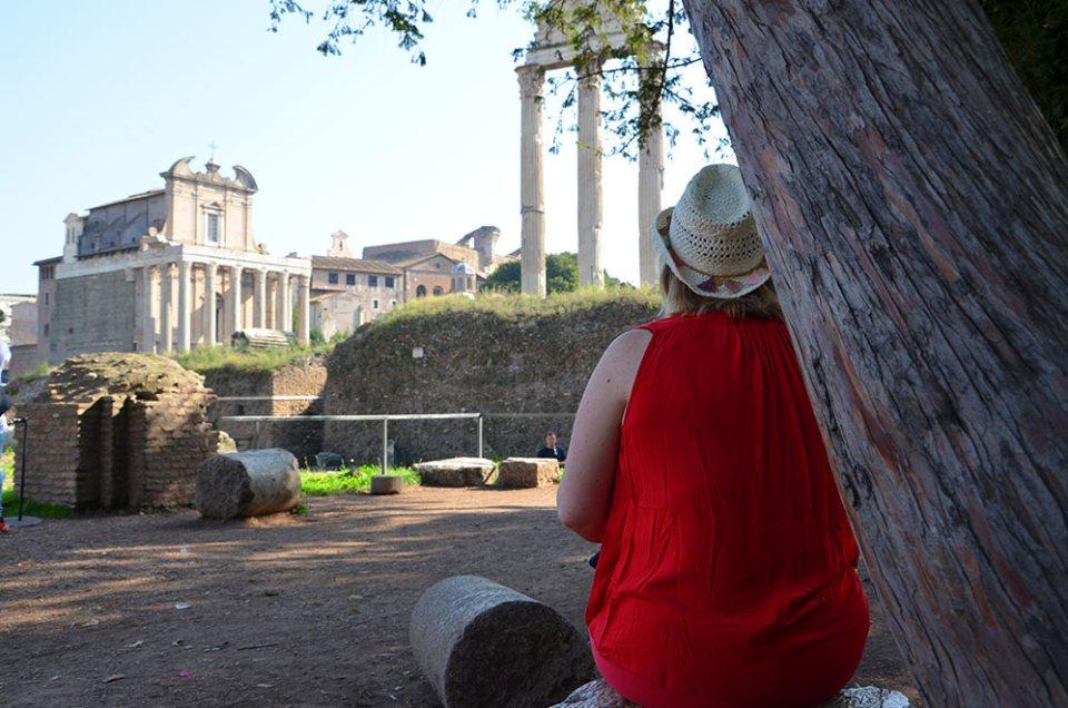 Marie-Catherine de dos au Forum Romain, Rome, Italie