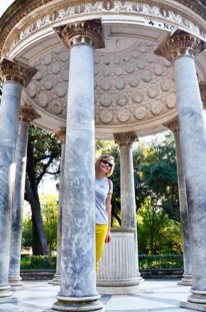 Charlotte dans une rotonde du jardin de la Villa Borghese, Rome, Italie