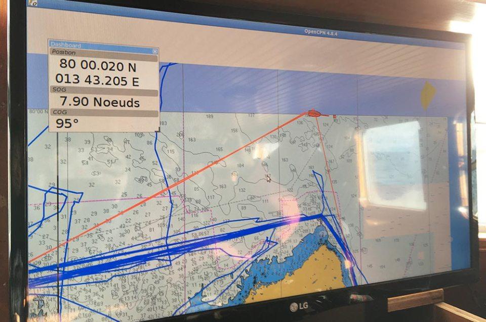 Ecran carte dans le bateau qui montre que nous avons passé le 80° parallèle du Pôle Nord