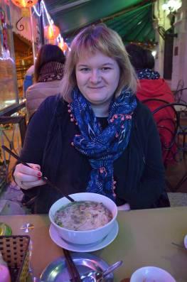 Marie-Catherine qui mange un Pho, Hanoi, Vietnam