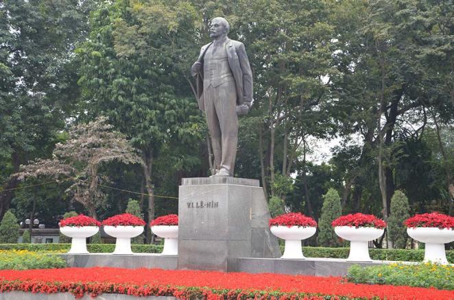 Statue devant le Mausolée Ho Chi Minh, Hanoi, Vietnam