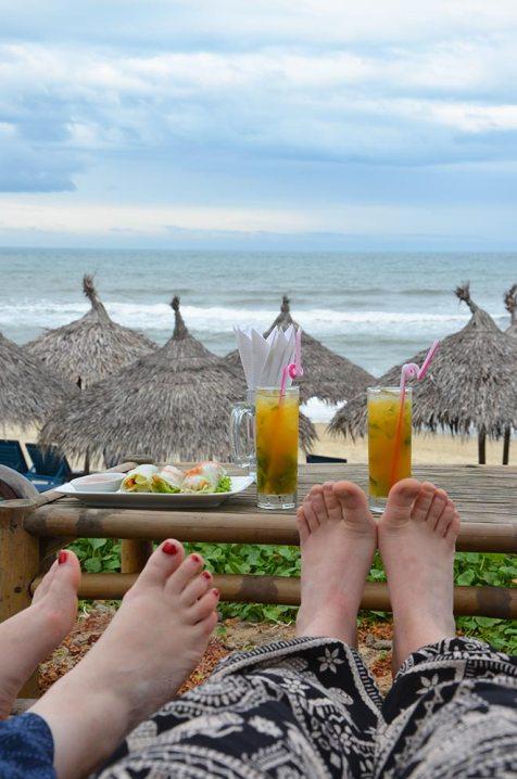 Les pieds de Marie-Catherine & Charlotte, plage de Hoi An, Vietnam