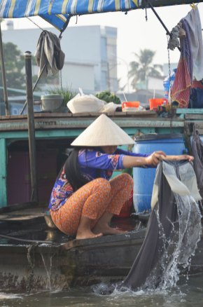 Femme qui fait la lessive dans le Mékong, Can Tho, Vietnam