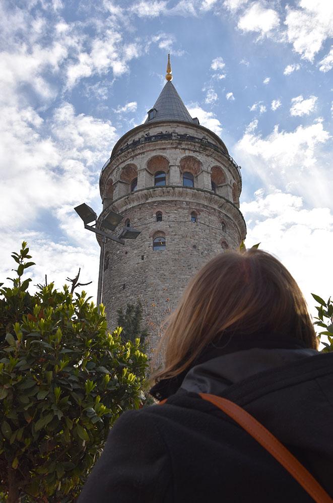 Marie-Catherine admirant la tour Galata, Istanbul, Turquie