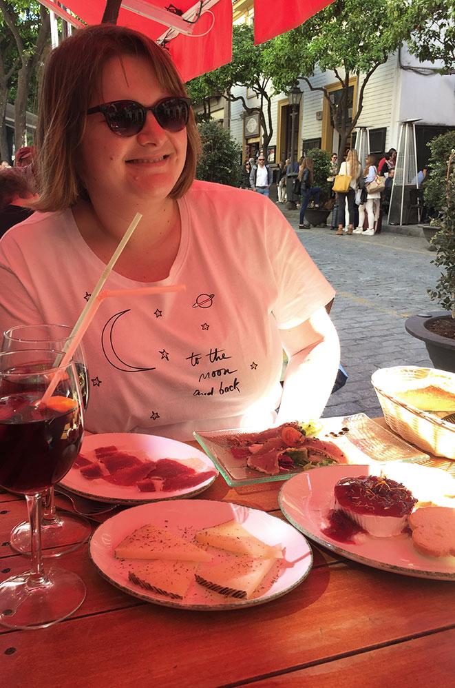 Marie-Catherine devant une assiette de tapas, Séville, Andalousie, Espagne