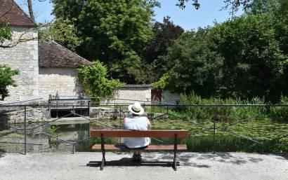 Marie-Catherine assise sur un banc à Chablis en Bourgogne