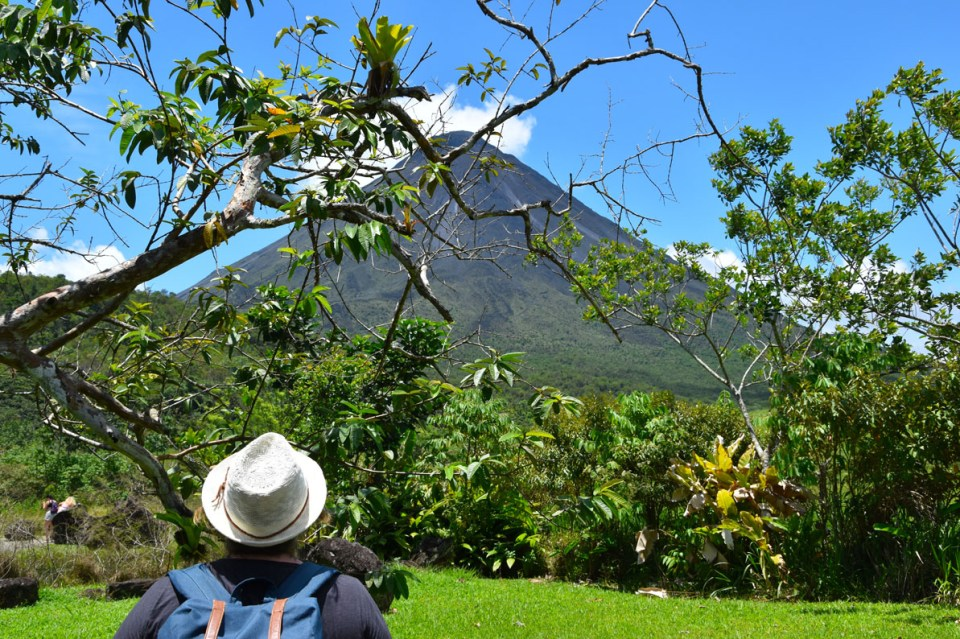 Marie-Catherine contemple le volcan Arenal au Costa Rica