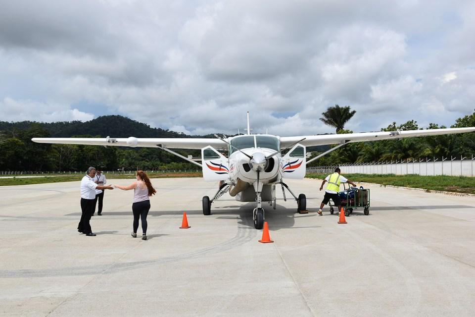 Lou monte dans l'avion à Bahia Drake, Costa Rica