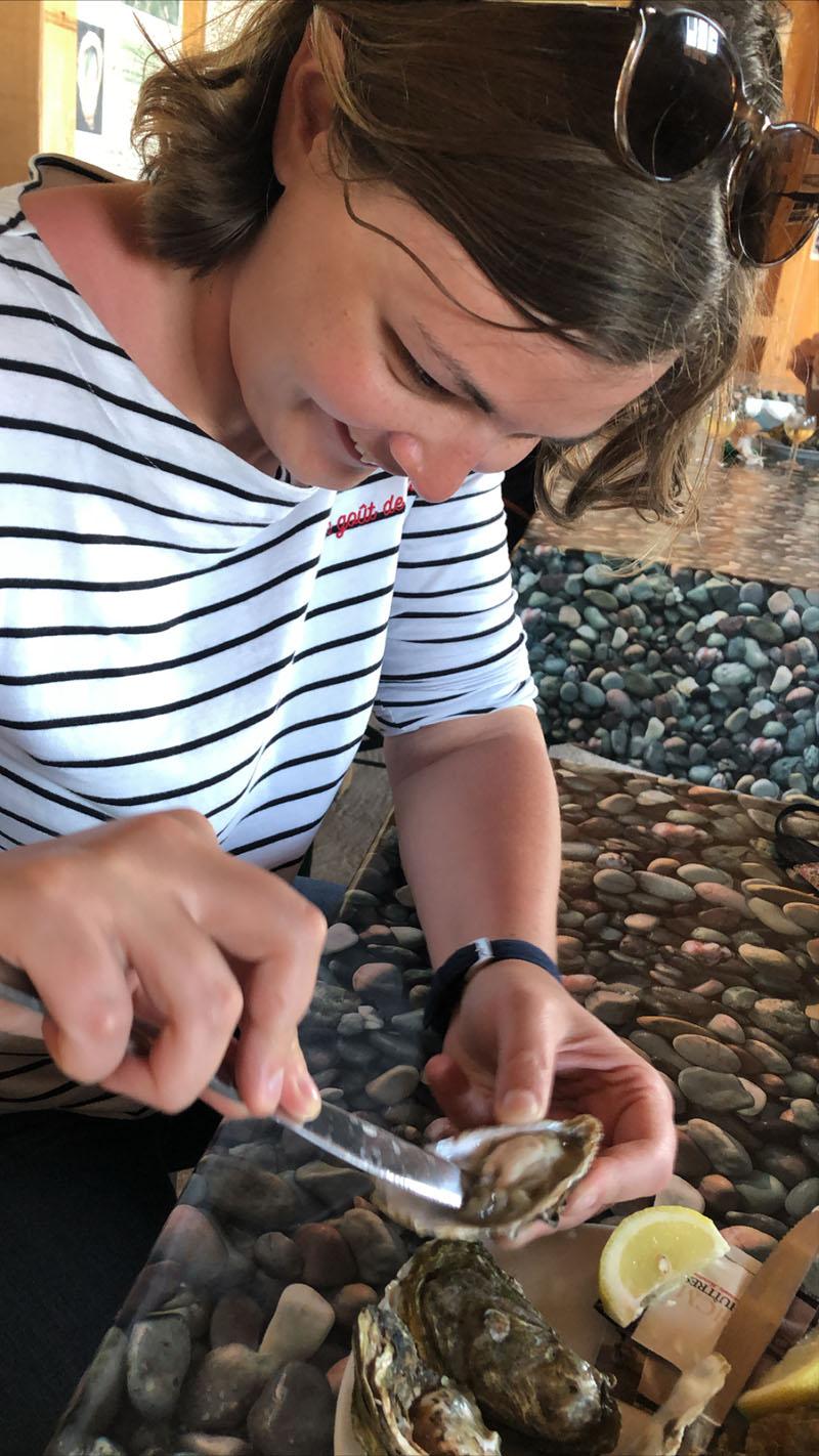 Charlotte déguste les huîtres de Fort-Royer, Ile d'Oléron
