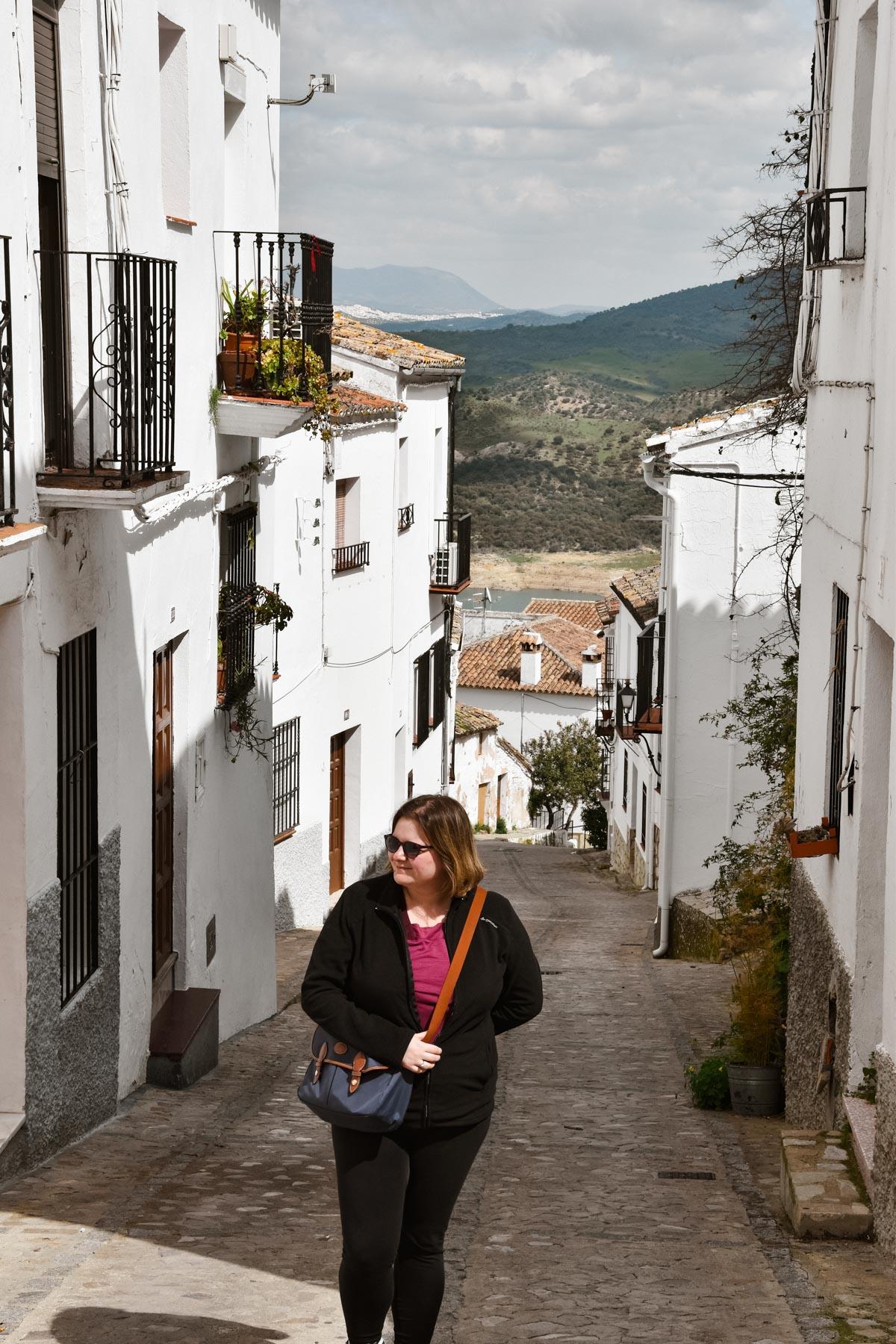 Marie-Catherine dans une petite rue du village blanc Zahara de la Sierra, Andalousie