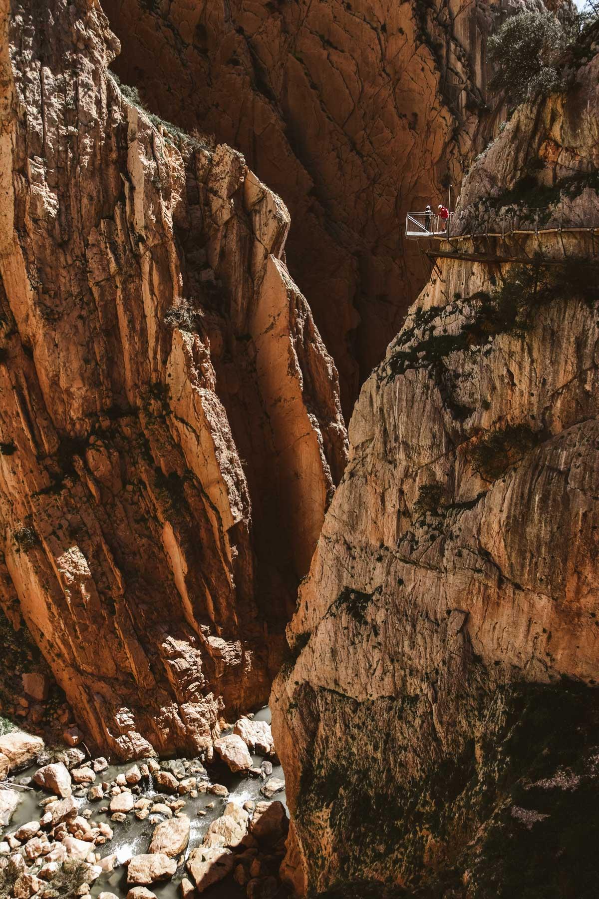 Vue vertigineuse sur les falaises de Caminito del Rey, Andalousie