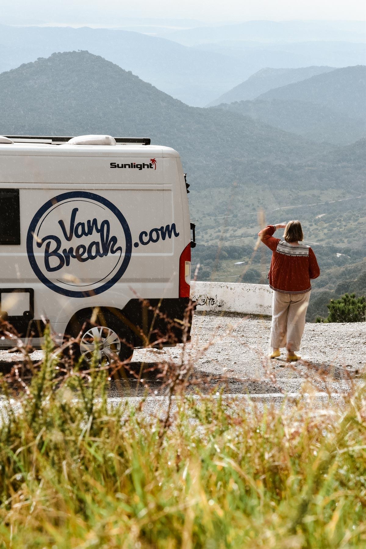 Vue sur le van VanBreak dans le parc Naturel de Grazalema, Andalousie