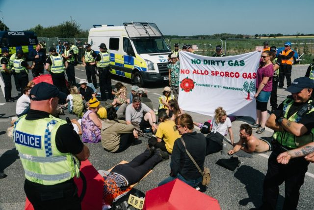 Lock-on in solidarity with the community of Melendugno in Puglia facing the construction of the 3500km Euro-Caspian Mega Pipeline