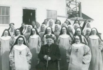 Mgr Langlois et soeurs Falher