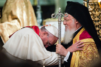 Le partiarche Bartholomée bénit le pape François lors de son voyage en Turquie du 28 au 30 novembre 2014.