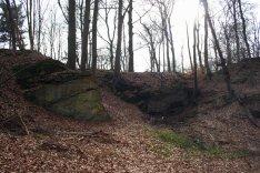 Überall sind diese riesigen Überreste der Burganlage.