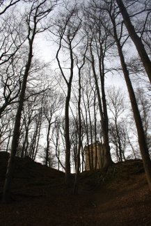 Der Turm lugt über den Rand des Klettertals.