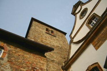 Links der Torborgen, mittig der Turm über dem Verlies, rechts die Kirche.