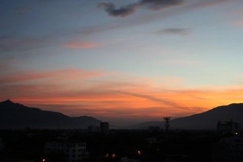4 Uhr morgens und die Sonne schiebt sich langsam über den Rand der Berge ...