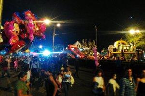 Hüpfburgen und Luftballons für die Kinder.