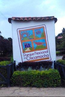 Dieses Schild empfängt Besucher, die mit dem Auto anreisen und preist verschiedene Aktivitäten im Park an.