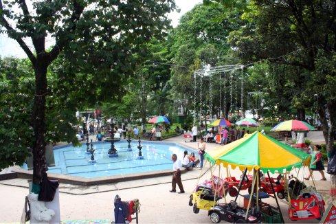"""Einer der vielen Parks der Stadt der """"ciudad de los parques""""."""