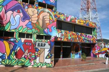 Das Kino ist über und über mit Graffiti verziert.