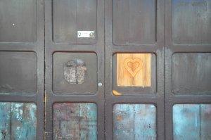 Ein Herz in einer Tür - es flickt ein Loch und ich liebe es.